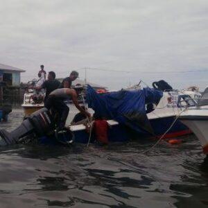 Speedboat netralis yang terbalik dievakuasi warga(CTR)