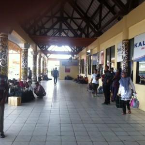 Aktivitas penumpang di terminal bandara Juata Tarakan, diharapkan terminal baru bandara mampu memberikan rasa nyaman dan aman bagi penumpang (HFA)
