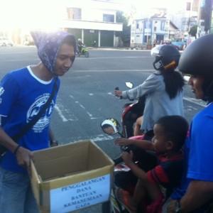 Salah satu anggota CISC Tarakan sedang melakukan penggalangan dana dari masyarakat Tarakan