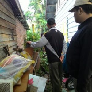 Petugas saat mengrebeg pemilik daging ilegal yang diduga masuk melalui pelabuhan tikus di Tarakan (ctr)