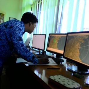 Petugas BMKG Tarakan saat melakukan pemantauan Cuaca