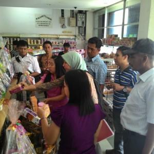 Petugas saat melaksanakan razia parcel kadaluarsa di Tarakan (run)