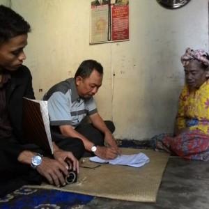 syamsi dan tim melakukan prospek penerima zakat fitrah di daerah RT.55 Karang Anyar (RUN)