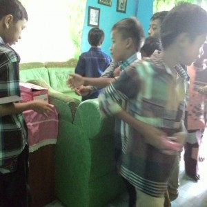 """Anak-anak antri saat menerima """"THR"""" dari pemilik rumah (run)"""