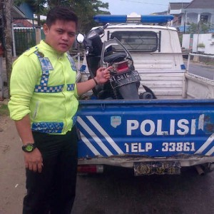 petugas saat mengamankan sepeda motor(ctr)