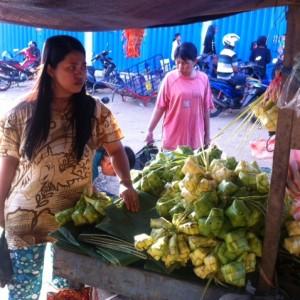 Salah satu pembeli kulit ketupat di pasar dayak (hfa)