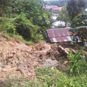 1 rumah warga di RT 1 pamusian terkena reruntuhan tanah longsor