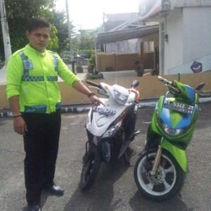 Petugas Satlantas saat menunjukan kondisi 2 sepeda motorkecelakaan kusuma bangsa (ctr)