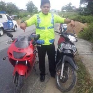 Petugas kepolisian saat menunjukan sepeda motor yang bertabrakan (ctr)