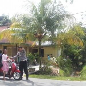 petugas saat menertibkan pengguna jalan yang menuju pantai amal (ctr)