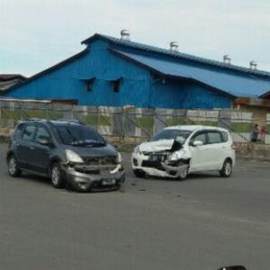 Kondisi kedua mobil rusak parah saat masih berada di TKP (azlan for MBNews)