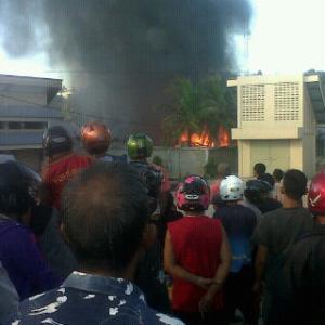 Masyarakat yang hanya menonton saat kejadian kebakaran tersebut (azlan for MBNews)