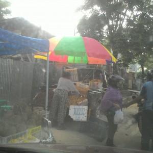 Penjual Buah Musiman yang mengunakan trotoar sebagai tempat berjualan (run)