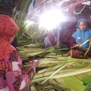Jelang lebaran ketupat masyarakat ramai membeli ketupat, Salah satu penjual yang sedang menganyam ketupat,  (ctr)