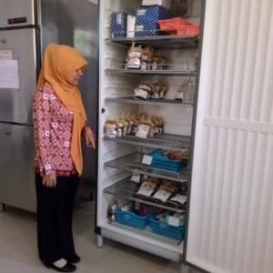 Rosdiana Melihatkan Stock Kantong Darah Yang Ada di PMI (RUN)