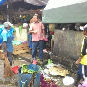 http://www.merahbirunews.com/wp-content/uploads/2014/08/Wakil-Walikota-Tarakan-Khaeruddin-Arif-Hidayat-Saat-berinteraksi-dengan-petugas-kebersihan-pasar-gusher-RUN