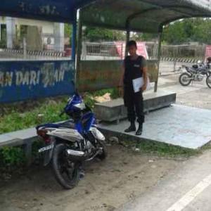 Petugas Kepolisian saat menunjukan motor dan lokasi jatuhnya korban (ctr)