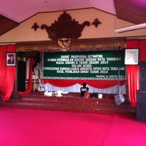 beberapa petugas sedang menyiapkan dekorasi sidang paripurna pengambilan sumpah 25 anggota DPRD Tarakan (HFA)