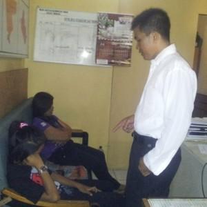 Ibu dan anak pengkonsumsi shabu saat diamankan petugas (ctr)