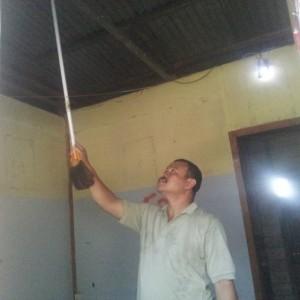 Ketua RT 15 Karangbalik Joko saat menunjukkan lokasi korban saat gantung diri (CTR)