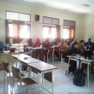 Guru-guru saat mengikuti pelatihan kurikulum 2013 (ctr)