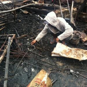 Roki saat mengumpulkan besi tua bekas kebakaran di RT 46 Karanganyar (HFA)