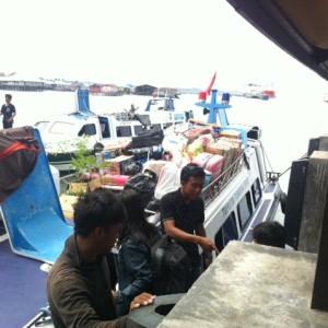 Penumpang yang akan naik ke speedboat (hfa)