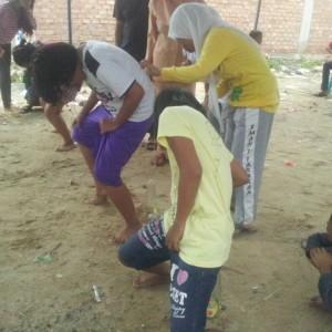 Anak-anak larut dalam keceriaan saat mengikuti lomba yang dilaksanakan di RT 15 Gunung Lingkas (ctr)