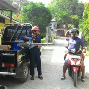 Petugas yang akan melakukan fogging di salah satu wilayah yang ada di Tarakan (run)