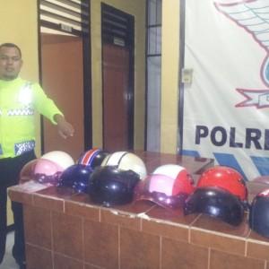 Beberapa helm yang tidak ber-SNI disita oleh satlantas polres Tarakan