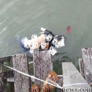 Sosok mayat tanpa identitas yang ditemukan warga jembatan besi (ctr)