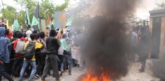 Aksi Demo warga Tarakan Yang Menolak PTLB di depan kantor DPRD kota Tarakan (NY)