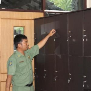 Panitia Seleksi CPNS Siapkan Loker Untuk Menaruh Barang Bawaan Peserta Selama Tes Berlangsung (HFA)