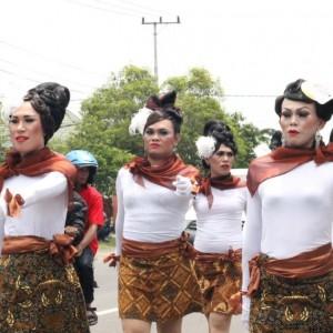 Salah satu peserta gerak jalan indah yang menggunakan kostum unik.Apalagi ternyata semua personilnya merupakan waria (HFA)