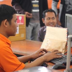 Petugas Kantor Pos saat mendata berkas pelamar yang masuk (HFA)