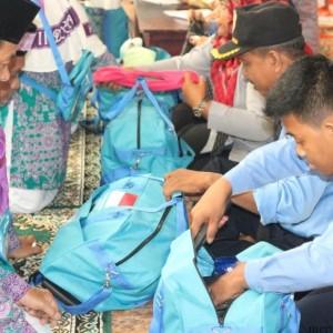 Petugas keamanan bandara periksa barang jemaah haji asal tarakan (hfa)