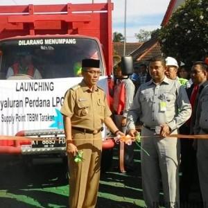 Walikota Tarakan Sofian Raga saat melepas truk pengantar elpiji 3 kg di kantor depo pertamina Tarakan (run)