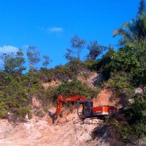 mesin eskavator yang diamankan dishutmaben kota Tarakan karena potong bukit di gunung selatan (run)