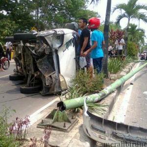 Mobil Daihatsu yang terbalik saat setelah menabrak pju di Jalan Mulawarman (ctr)