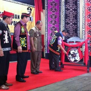 Pj Gubernur Kaltara Irianto Lambrie saat memukul gong tanda dibukanya musyawarah luar biasa PDLKT (hfa)