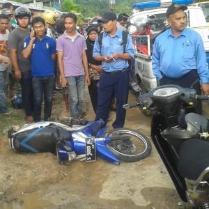 Kondisi motor yang dikendarai Dony menjadi perhatian warga di sekitar TKP Laka (ctr)