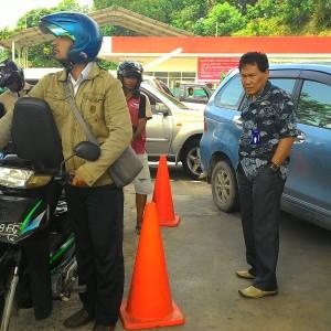 Kadisperindakop Drs. Tajuddin Tuwo saat melihat langsung antrian pengisian Premium bersubsidi di SPBU (run)