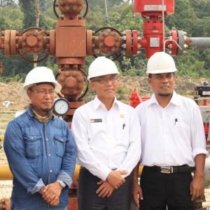 Misdar Project Manager PGAS Solution bersama Walikota Tarakan Sofian Raga dan Ketua DPRD Sementara Sabar Santoso saat mengunjungi sumur MKI dan gas plant PGAS Solution (hfa)