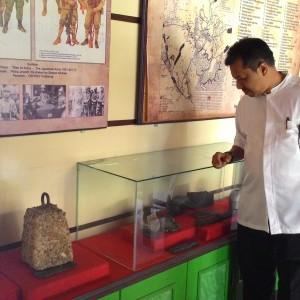 Kadisbudparpora Hamid Amren Sedang Memperhatikan Salah Satu Koleksi Benda Bersejarah (run)