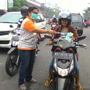 Petugas dinas kesehatan saat bagikan masker kepada warga (run)