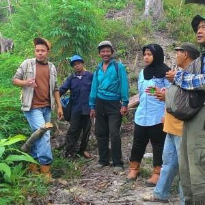 Zaini (kanan) Tengah Meninjau Lokasi Hutan Lindung Yang Nantinya Digarap Oleh Kelompok Tani Hutan (run)