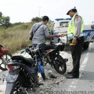 kondisi motor korban yang diamankan petugas usai ditabrak dump truk (ctr)