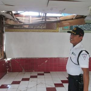 petugas keamanan saat menunjukan masjid yang rusak akibat ditabrak tongkang (ctr)