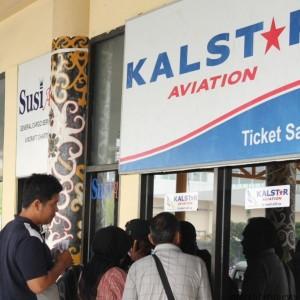 Beberapa penumpang mengantri saat mengembalikan tiket pesawat atau refund (hfa)
