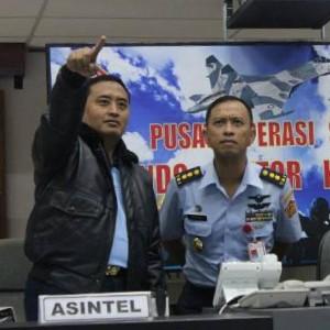 Bambang Juniar (baju biru) serius melihat pantauan keberadaan pesawat asing (kohanudnas.mil.id)